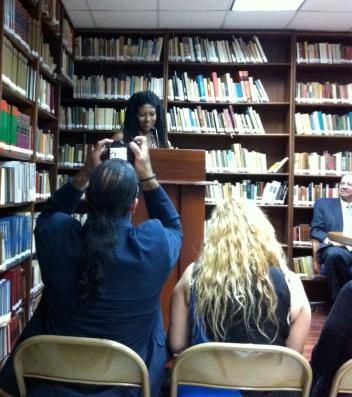 Yvonne Denis en la Fundación Corripios, Inc. habla de Bufé.