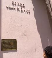 Edificio Juan Miguel Dihigo y Mestre. La tarja frente al mismo está dedicada a la Dra. Camila Henriquez Ureña, dominicano-cubana, Profesora emérita, Maestra de Maestros en el Centenario de su Natalicio. Facultad de Artes y Letras, Universidad de la Habana 9.4.94.