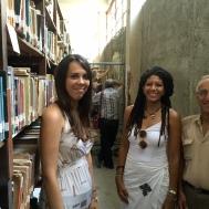 Yvonne Denis junto a algunos de los bibliotecarios.