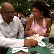 Yvonne Denis firmando algunos libros.