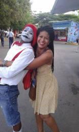 La escritora Yvonne Denis con un mimo dominicano.