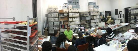 Estudiantes de arqueología conversan con el Dr. Carlos Pérez, entre estos Yvonne Denis Rosario.